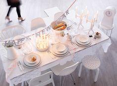 E anche per quest'anno è giunta la fine... Per far sentire speciali i vostri ospiti questa sera a cena e creare la giusta atmosfera, decorate la casa e la tavola con accessori a tema e di tendenza. Scegliete una combinazione di colori per definire il tema portante per le decorazioni e allestite i tavoli con tovaglie completandole con qualche decorazione abbinata, festoni, luci, candele e tantissimi palloncini che serviranno a creare la giusta atmosfera per festeggiare la mezzanotte.