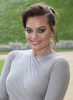 Margot Robbie was born in Dalby, Queensland, Australia and raised on the Gold Coast. Married to British assistant director Tom Ackerley and lives with him London. Read more for Margot Robbie biography, hot photos, movies list and personal life. Margot Robbie Hair, Actress Margot Robbie, Margot Robbie Harley Quinn, Margot Robbie Brunette, Hollywood Actresses, Beautiful Eyes, Beautiful Actresses, Hair Looks, Beauty Women