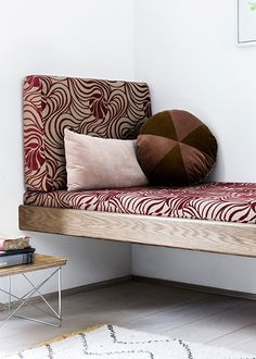 built in bench. I don't love that pattern, but this idea is excellent, especially in the meditation room! Diy Sofa, Diy Daybed, Living Spaces, Living Room, Elle Decor, Interiores Design, Home Deco, Home And Living, Interior Inspiration