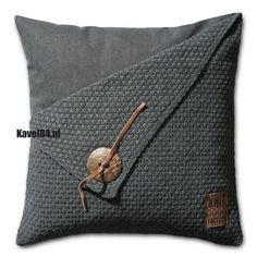 Minimalistic home decor: The pillowcase is *knitted,* but I am sure linen stitch or spike stitch would yield equally stunning, crocheted results Knitted Cushions, Scatter Cushions, Knitted Cushion Covers, Chair Cushions, Sewing Pillows, Diy Pillows, Rustic Decorative Pillows, Linen Stitch, Knit Pillow