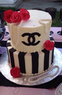 Chanel cake … Chanel Birthday Cake, My Birthday Cake, Birthday Ideas, Chanel Cake, Chanel Party, Coco Chanel, Pretty Cakes, Beautiful Cakes, Amazing Cakes