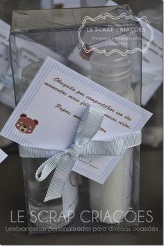 Para a chegada do Vitor a mamãe escolheu presentear suas visitas com um kit composto de um frasco pet de creme hidratante e um frasco pet de gel antisséptico.