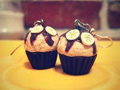 Boucles d'oreilles pendantes en forme de cupcakes.