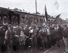 Boer citizens leaving Johannesburg for the front at the beginning of the Boer War in 1899 Busses, Afrikaans, Military History, Old Pictures, South Africa, Trains, Battle, Two By Two, The Past