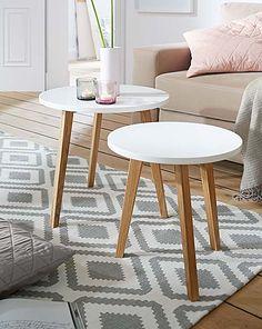 Zwei simple Tischchen sorgen für einen wohnlichen, skandinavischen Look im Wohnzimmer! #wohnen #wohnzimmer #skandinavisch