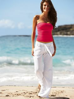 Hot pink and white. Always a stunning combination for a beach outfit.