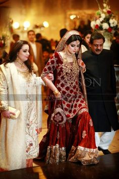 Traditional Look Pakistani Bridal Gharara Collection – Designers Outfits Collection Pakistani Bridal Jewelry, Pakistani Wedding Outfits, Bridal Outfits, Bridal Lehenga, Pakistani Dresses, Indian Dresses, Indian Outfits, Eid Outfits, Eid Dresses