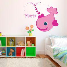 Vinilo personalizable en forma de pez para la pared de tu niña con su nombre, para que se sienta especial. Masquevinilo.com