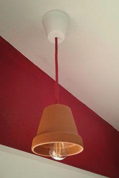 Suspension lumineuse au dessus du plan de travail de la cuisine. Oui, c'est bien un pot de fleur qui fait office d'abat-jour... :)