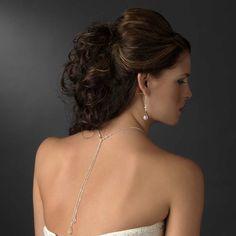 Le collier de dos mariage est composé d'une chaine en métal argenté, de perles et de gouttes de cristal Swarovski dans le dos.