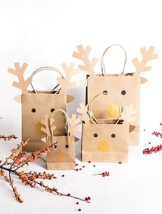 - Reindeer bags for the little ones! With the festive season, it& time not only to think about the gifts, but also about the gift wrapping! You want to inspire the little ones with the gift wrapping? Christmas Gift Themes, Cork Christmas Trees, Easy Christmas Crafts, Christmas Bags, Christmas Gift Wrapping, Christmas Deco, Christmas Presents, Handmade Christmas, Navidad Diy