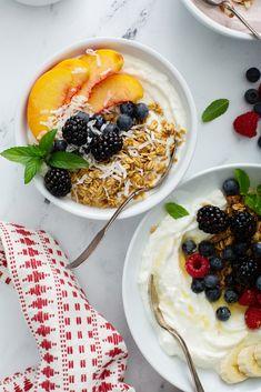 How To Make The Best GreekYogurt Bowls Breakfast Bowls, Breakfast Recipes, Breakfast Time, Healthy Fruits, Healthy Snacks, Healthy Eating, Yogurt Bowl, Yogurt Parfait, Best Greek Yogurt