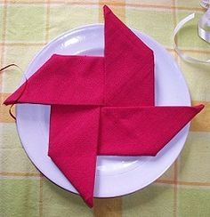20 Plus Napkin Folding Styles een molentje, simpel maar leuk! 20 Plus Napkin Folding Styles een molentje, simpel maar leuk! Fancy Napkin Folding, Folding Napkins, Folding Money, Fee Du Logis, Party Napkins, Deco Table, Holiday Tables, Cloth Napkins, Decoration Table