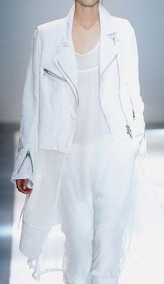 Ann Demeulemeester Spring 2015 Ready-to-Wear Fashion Show White Fashion, Love Fashion, Fashion Show, Modest Fashion, Couture Fashion, Runway Fashion, Womens Fashion, Fashion Trends, Fashion Details