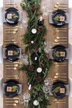 christmas pictures Modern + classic Christmas tablescape with gold flatware, branches + pinecones Christmas Table Centerpieces, Christmas Table Settings, Christmas Tablescapes, Xmas Decorations, Centerpiece Ideas, Christmas Dining Table, Holiday Tablescape, Scandinavian Christmas Decorations, Modern Christmas Decor