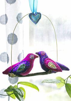 Ompele ja kirjo lintumobile huopakankaista. Diy bird mobile to the window. | Unelmien Talo&Koti Toimittaja: Hanna Sandström Kuva: Satu Nyström