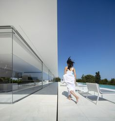 Image 27 of 39 from gallery of Hofmann House / Fran Silvestre Arquitectos. Photograph by Fernando Guerra Eco Architecture, Minimalist Architecture, Contemporary Architecture, Modern Contemporary, Valencia, Farnsworth House, Fibreglass Roof, Box Houses, Minimalist Living
