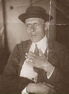 Daniil Kharms Даниил Иванович Хармс.В его творчестве сочетаются абсурд и глубокая философия.Умер во время блокады Ленинграда.