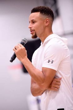Stephen Curry of the Golden State Warriors participates in a Jr NBA clinic and Parent Forum focused on positive coaching at the Ultimate Fieldhouse. Stephen Curry Family, Nba Stephen Curry, Stephen Curry Basketball, I Love Basketball, Basketball Quotes, Basketball Socks, Nba Players, Basketball Players, Basketball Leagues