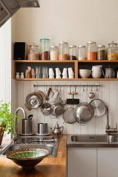 6 ideas for choosing or relooking your kitchen credenza - My Romodel Kitchen Shelves, Kitchen Items, Home Decor Kitchen, Kitchen Interior, New Kitchen, Kitchen Storage, Home Kitchens, Kitchen Dining, Tiny Kitchens