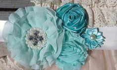 Come adorabile è questo pettidress pizzo rustico! Impreziosito con menta e fiori blu su sash! VESTITO, FASCIA INCLUSA! GUIDA ALLE TAGLIE