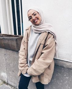 A scarf is an essential item while in the outfits of women having hijab. Modern Hijab Fashion, Street Hijab Fashion, Hijab Fashion Inspiration, Muslim Fashion, Casual Hijab Outfit, Hijab Chic, Casual Outfits, Fashion Outfits, Hijab Fashionista