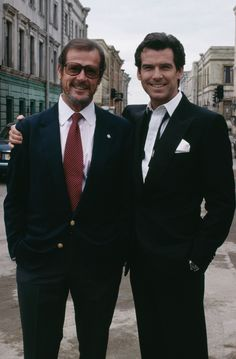 """Sean Connery Remembers """"Unusually Long"""" Friendship With Fellow Bond Roger Moore"""