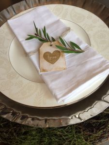 Leafy Love Napkin Ring  https://prettiesforpennies.wordpress.com/2015/03/11/put-a-ring-on-it-rustic-diy-napkin-rings/