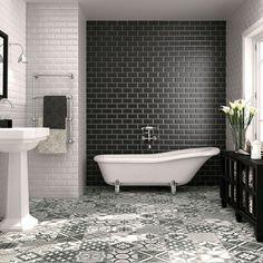 El mosaico hidráulico se inventó en el sur francés en el siglo XIX. Se utilizó en su día como pavimento de construcción hasta los 60 y su fama ha remontado posiciones en nuestros días. Y es que las...