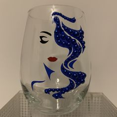 Diy Wine Glasses, Decorated Wine Glasses, Wine Craft, Wine Bottle Crafts, Diy Mug Designs, Rhinestone Crafts, Wine Glass Designs, Cricket Crafts, Glass Engraving