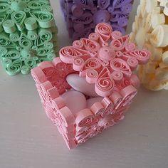 Scatoline realizzate con l'arte del quilling. Utilizzabili per qualsiasi evento come porta confetti prima e porta gioie dopo. Per confettate nascita, matrimonio, compleanni e qualsiasi altra lieta ...