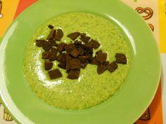 Die zweite Vorspeise: Eine Bärlauchcremesuppe mit Pumpernickel-Croutons
