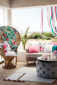 Invite the light with new colours and prints. Explore our different styles and create your personal settings for sunny get-together. | H&M Home