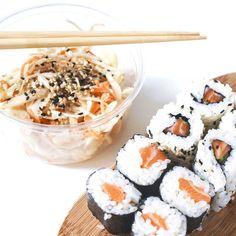 Impossible de résister à une envie de makis quand on a zéro volonté.  Je me suis fait livrer avec @deliveroo_fr du coup  ; l'occasion de tester une nouvelle adresse : Mika sushi dans le 6ème ; et c'est très bon !  Il manquait juste la sauce soja et les baguettes  ; heureusement j'ai ça à la maison !  by lagrenadine