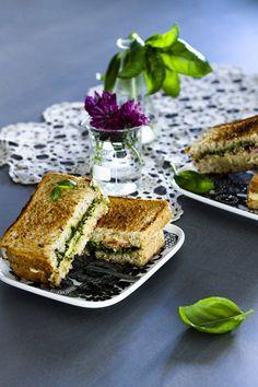 Paahdetusta leivästä ja runsaasta täytteestä saa ihania toasteja. Cashewpähkinöistä valmistuu juustoinen kastike, jonka rinnalle saa lisämakua pestosta. vegaaniset toastit, täytetyt leivät