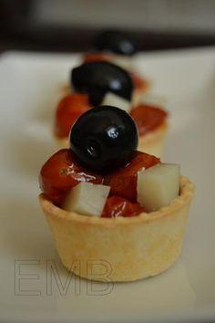 Mini tartaletas saladas (con tomatitos cherry confitados, queso y aceitunas negras).       http://www.enmilbatallas.com