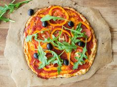 Low-Carb-Pizza mit Tomaten, Oliven und Rucola