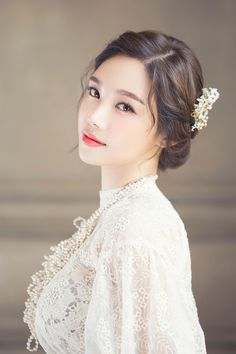 Korean Wedding Hairstyles 2018 - Based on your venue agreement, there could be a few constraints with regards to the sort of decor it is possible to generate or Korean Wedding Makeup, Natural Wedding Makeup, Bridal Hair And Makeup, Wedding Hair And Makeup, Hair Makeup, Asian Wedding Hair, Hair Wedding, Asian Bridal Makeup, Eye Makeup