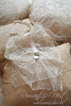 Full of romantic sensibility of the space you ^ ^ * Lace Ribbon, Lace Fabric, Vintage Shabby Chic, Vintage Lace, Bordados E Cia, Baby Bonnets, Pearl And Lace, Christening Gowns, Linens And Lace