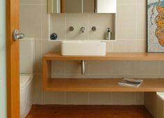 Banheiro com Madeira e Espelho Vertical