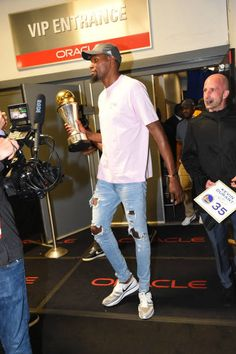 Finals MVP Kevin Durant of the Golden State Warriors leaves the arena after winning the NBA Championship in Game Five of the 2017 NBA Finals on June. Nba Fashion, Street Fashion, Mens Fashion, Stylish Mens Outfits, Dope Outfits, Kevin Durant Wallpapers, Nba Quotes, 2017 Nba Finals, Durant Nba