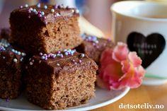 Snart er det fredag igjen, og her har du et supert tips på hva du kan lage den kommende kalde, fine januarhelgen. Denne krydderkaken er veldig rask å lage; du bare rører sammen deigen og så er den klar for steking. Surmelk gjør kaken ekstra myk og god. Kaken inneholder samme type krydder som man vanligvis bruker i pepperkaker: malt kanel, kardemomme, ingefær og nellik. Glasuren smaker sjokolade og kaffe, og er kjempegod sammen med kryddersmaken på kaken. Oppskriften er til stor langpanne…