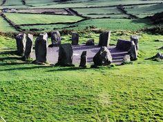 Irlanda, Nação Celta... Drombeg Stone Circle, County Cork,  Irlanda. O labirinto foi construído em 3200 AC, durante o período Neolítico, o que o torna mais velho do que Stonehenge e as pirâmides do Egito.  É um grande monte circular com passagens de pedra e câmaras no interior.