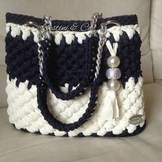 Stylish and snazzy Crotchet Bags, Knitted Bags, Free Crochet Bag, Knit Or Crochet, Crochet Handbags, Crochet Purses, Bead Embroidery Jewelry, Beaded Embroidery, Things To Make With Yarn
