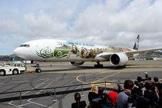777-300, Air New Zeland, tematizado em  campanha de divulgação do filme O Hobbit, é manobrado no Aeroporto de Wellington, Nova Zelândia.