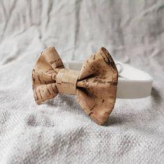 Voiko mikään olla kauniimpi pienen miehenalun juhla-asun kruunaaja, kuin korkkikankainen rusetti♡. Very little corkfabric bowtie for a babyboy♡. Bowties, Cork, Leather Wallet, Artisan, Handmade, Accessories, Tie Bow, Hand Made, Bows