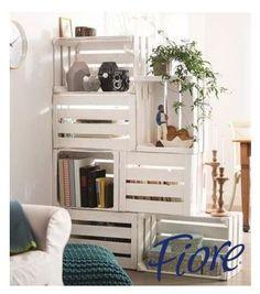 Si quieres separar una estancia en dos habitaciones sin poner pared, puedes hacer un mueble de huacales. De esta forma creas bonitos estantes para ambas partes