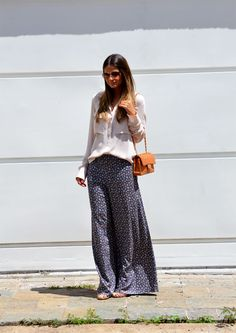 Confira dicas para combinar a calça pijama, monte looks para diferentes ocasiões - seja o modelo estampado ou liso, e inspire-se com os looks das blogueiras.