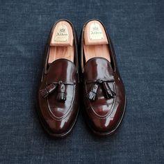 thegreatestcollection Alden for Brooks Brothers : Tassel Loafers Size : 9.5C (8.5D) 27cm x 9.5cm Leather : Calfskin Color : Burgundy Process : Goodyear Welt Sole : Leather Made in USA คู่นี้ Brooks Brothers ได้สั่งทาง Alden ผลิตวางจำหน่ายโดย Brooks Brothers โดยทรง Tassel Loafer ทรงนี้จะแก้ไขบางจุดของ Moccasin Tassel Loafer ต้นฉบับเล็กน้อย ให้ดูเนียบขึ้นในแบบของ Brooks Brothers แต่ยังคงใช้ Last เดิม คู่นี้หนังยังเงางาม ตามภาพ มีรอยยับตามการใช้งานเล็กน้อย ถือว่าเป็นเรื่องปกติ…