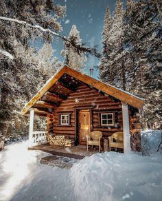 Best Small Log Cabin Ideas With Awesome Decoration can find Small cabins and more on our website.Best Small Log Cabin Ideas With Awesome Decoration 33 Small Log Cabin, Tiny Cabins, Little Cabin, Log Cabin Homes, Cabins And Cottages, Cozy Cabin, Cabin Tent, Wood Cabins, Small Log Homes